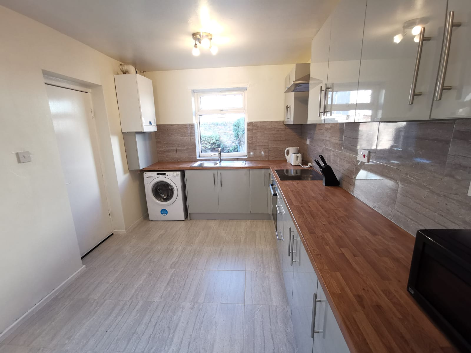 Lev Properties are proud to present these recently renovated 4 bedroom house to rent in L20